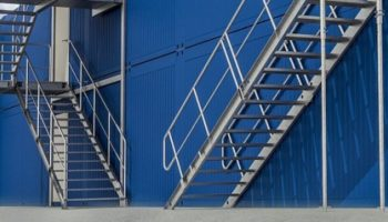 Mieszkanie na budowie – kontenery budowlane i schody kontenerowe