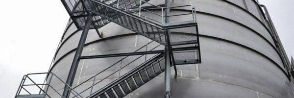 Jakie wymogi muszą spełniać schody metalowe ewakuacyjne, zewnętrzne?