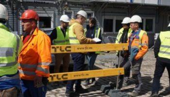 Jak zabezpieczać krawędzie budynków na budowie? – poradnik