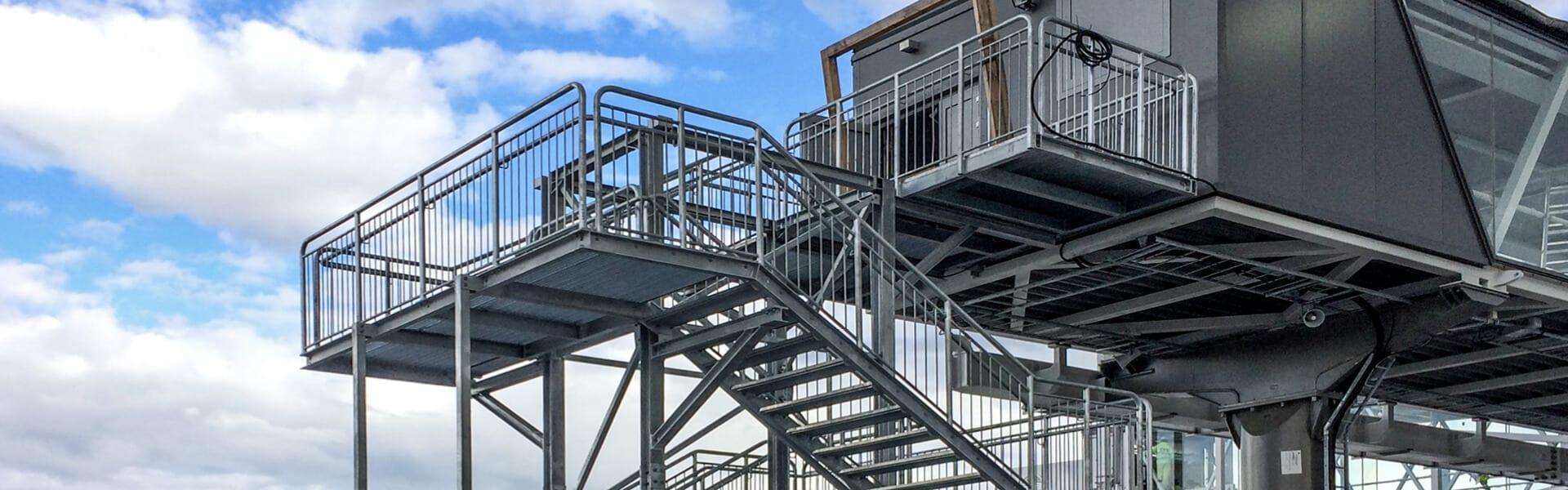 Barierki i balustrady stalowe do schodów stalowych