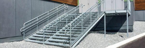 Schody metalowe w norweskim budynku szkolnym
