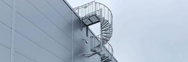 Schody spiralne przy hali Din Bil Gruppe w Szwecji